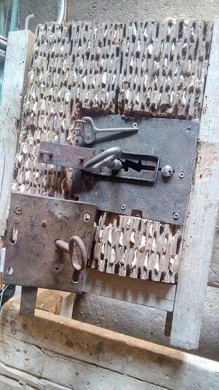 Cerradura antigua de bodega.