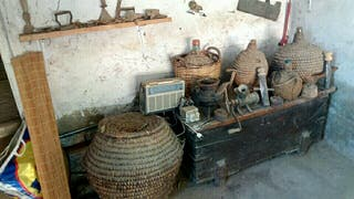 lote objetos antiguos. Arca, cántaros de esparto,.