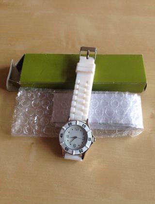 Reloj de pulsera blanco