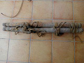 Dos maderas para separar el ganado