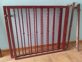 verja de hierro, dos puertas de 1,20 m cada una