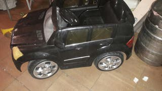 Mini coche marca mercedes funciona. con cargador.