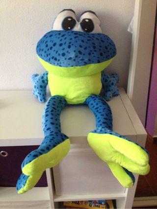 Una rana de peluche
