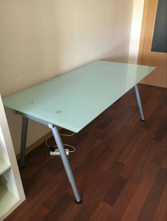 Mesa cristal escritorio galant ikea de segunda mano por 115 en madrid en wallapop - Ikea mesas de escritorio ...