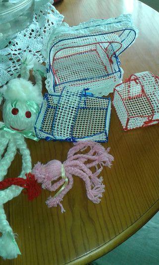 varios articulos.pulpos de lana.cestas.