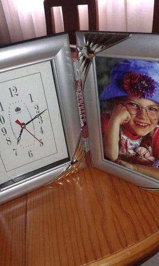 marco con reloj.