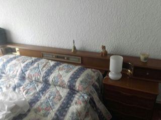 cama y 2 mesitas