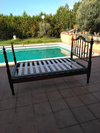 Cama , mueble y silla para personas mayores