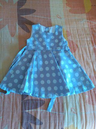 vestido gris con topos azules