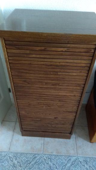 Zapatero de madera marrón.