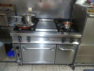 Cocina industrial de 4 fuegos y una plancha