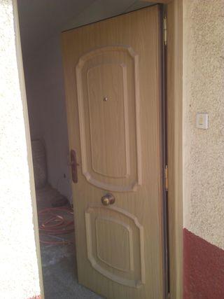 Puerta principal vivienda seguridad