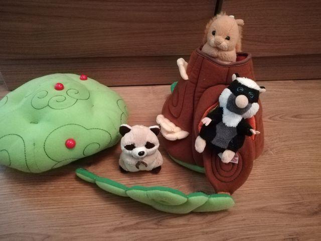 casita de árbol con animales.