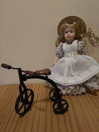 Muñeca y bici para Casa de muñecas