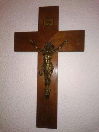 Cruz de madera y figura de Cristo de hierro