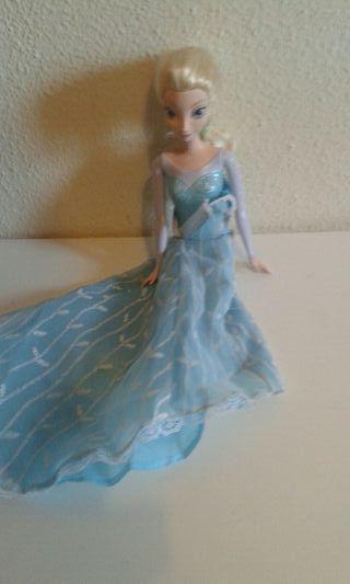 Elsa muñeca tipo Barbie