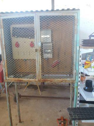 auxiliares de obra de hormigon con puerta metalica