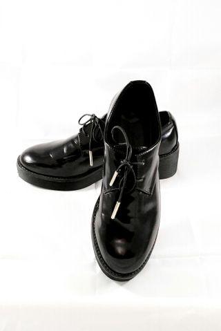 zapatos negros de charol con cordones. n38