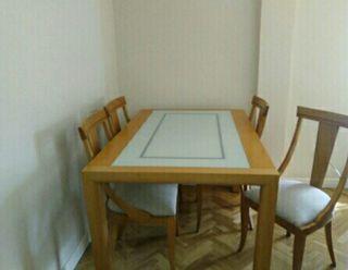 Mesa y sillas de salón