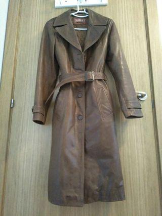 Abrigo piel marrón con cinturón de chica