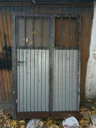puerta d metal con cerradura y llasves