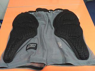 Pantalon corto con protecciones.