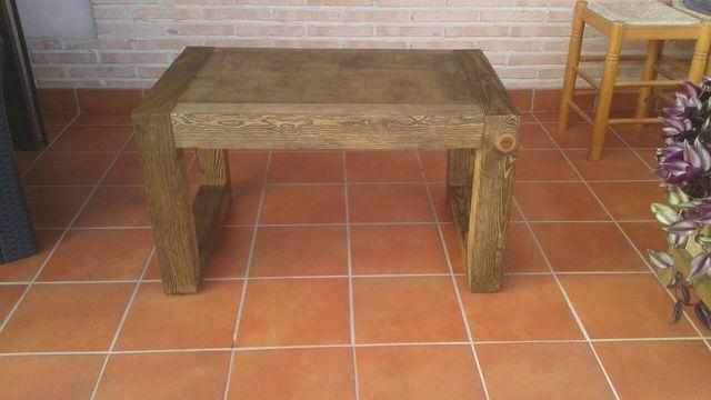 mesa de centro de madera envejecida
