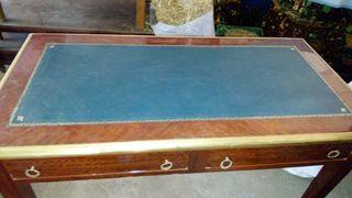 escritorio con cuero