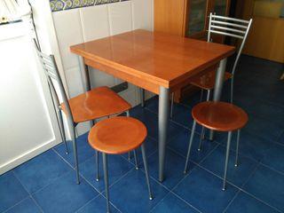 Mesa, 2 sillas y 2 banquetas de cocina