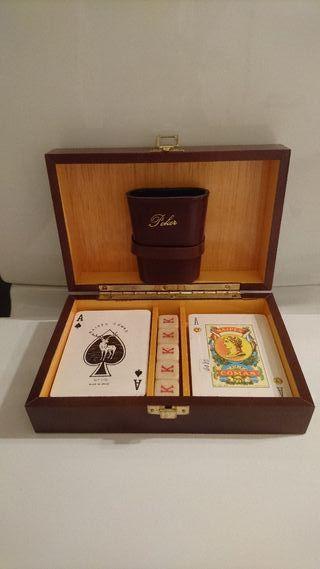 Caja madera con cartas y dados de poker