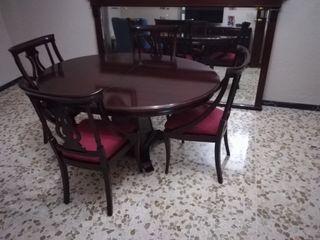 Mesa con cuatro sillas y mural de espejo