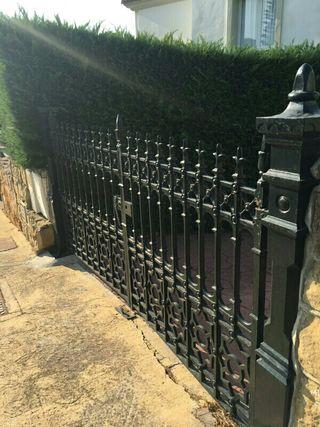 porton y puerta de hierro forjado