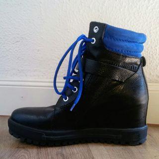 Botines negros de piel con cordones azules