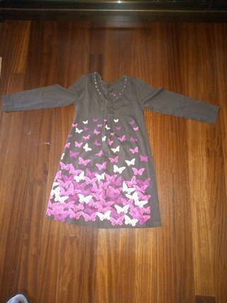 vestido marron con mariposas de colores