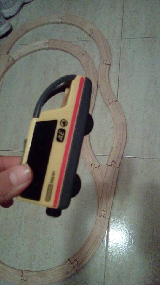 Tren juguete con pista de madera