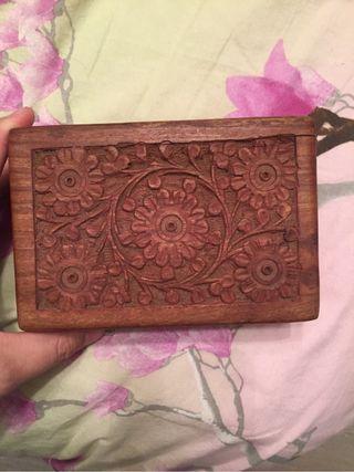 Caja de madera labrada