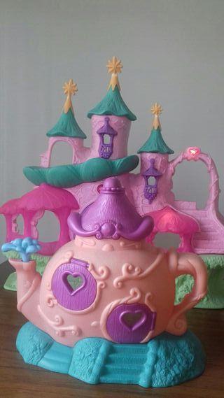Castillo de juguete y casa tetera
