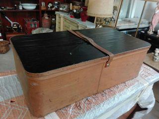 Antigua caja de madera para traje o vestido