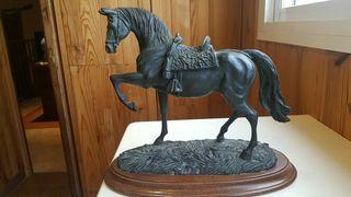 Estatua caballo con peana de madera