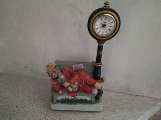 figurita decorativa con reloj buen estado