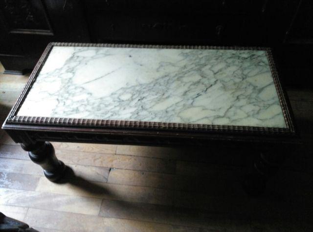 Mesa de madera y marmol.