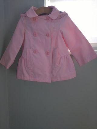Chubasquero rosa con capucha de flores.