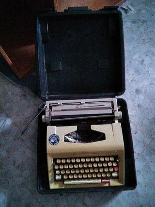 Máquina de escribir Guillamet con maletín
