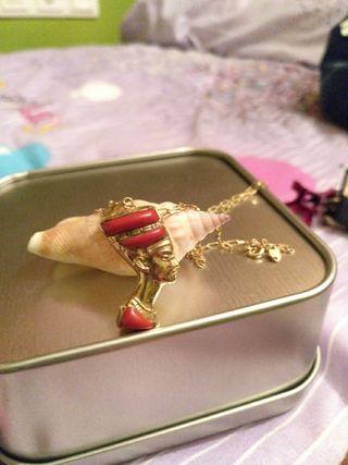 colgante de oro , coral y cuarzo blanco