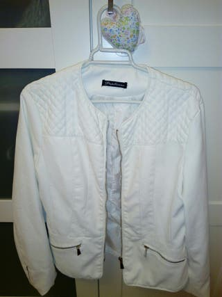 chaqueta polipiel blanca