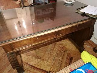 Mesa de despacho con dos butacones