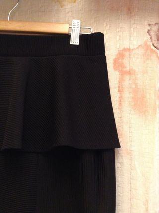 Falda negra peplum