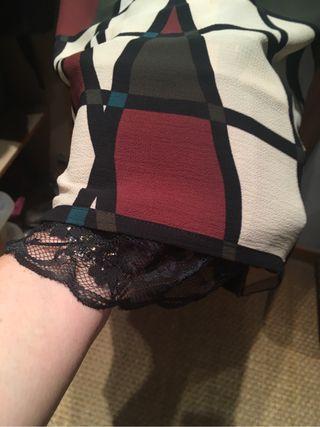 Vestido corto estampado con biso con puntilla