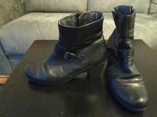 botines marca Pitillos cuero negro