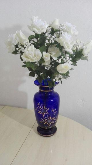 bonito jarrón de cristal azul con detalles en oro